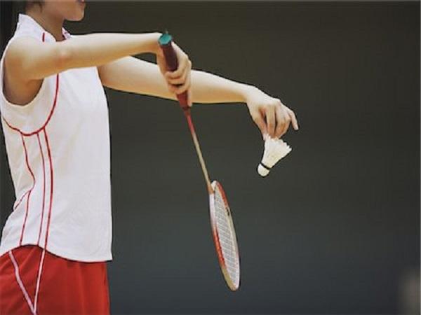 Kỹ thuật phát cầu lông chính xác cho người mới chơi